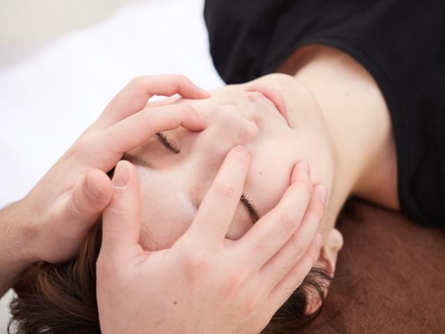 表情筋にアプローチする施術で症状を改善します