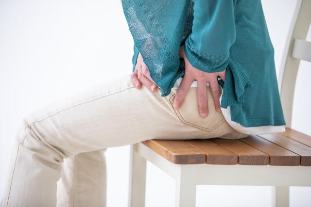 坐骨神経痛の辛い症状に悩む女性