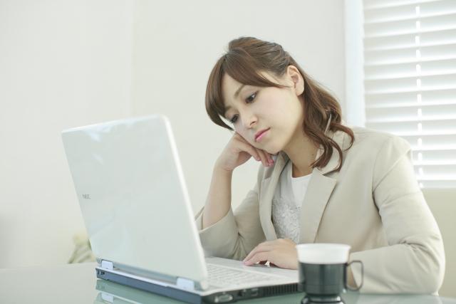 姿勢の悪さやパソコン画面を長時間見続けることも原因になります