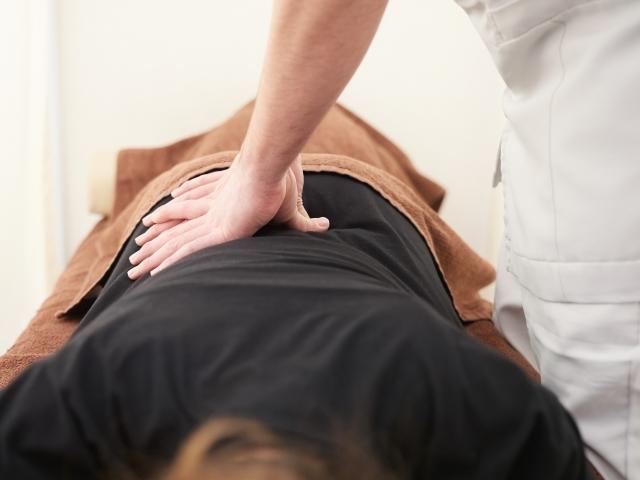 身体を優しく揺らして歪みを整える施術で症状を改善します